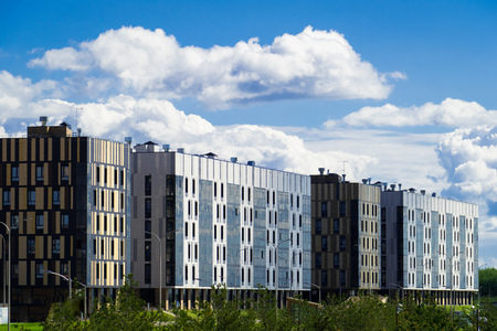 quartier résidentiel avec un immeuble moderne de six étages sur fond de nuages ??flottants