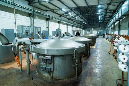 Technologie moderne dans la teinture des fils avec des machines pour l'industrie textile, des réservoirs chimiques pour machines de teinture