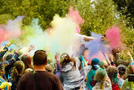 Festival de Holi. Les enfants jettent la poudre colorée dans l'animateur. Banque d'images - 62035403