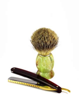 barbeiro: navalha perigoso e um cotonete isolado no branco