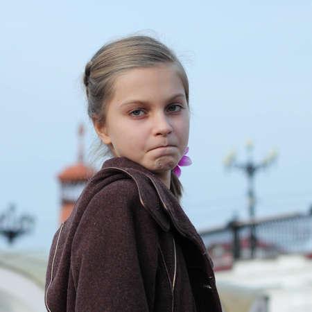 boca cerrada: retrato de la chica joven con la boca cerrada