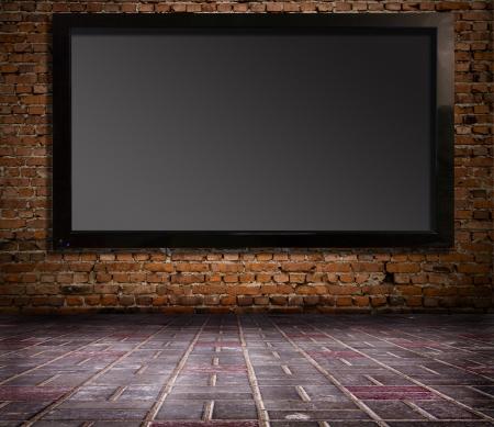definici�n: interior con un televisor en una pared vieja Foto de archivo