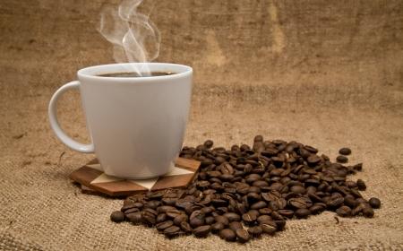 frijol: taza de caf� y granos en un fondo de un asunto escabroso