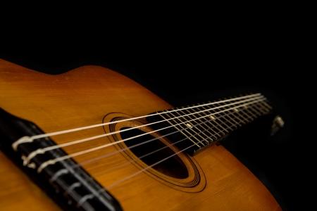 guitarra acustica: guitarra sobre un fondo negro