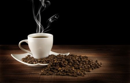 cup of coffee with grains on a black background  Banque d'images