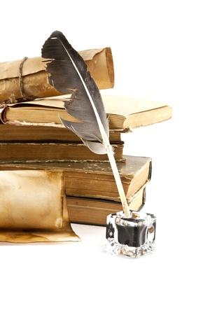 pluma de escribir antigua: libros antiguos y pluma sobre un fondo blanco Foto de archivo
