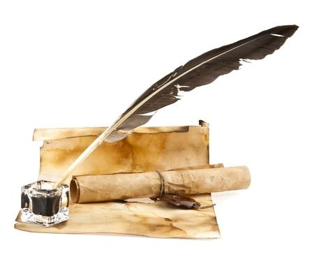 pluma de escribir antigua: viejo papel y l�piz sobre un fondo blanco Foto de archivo