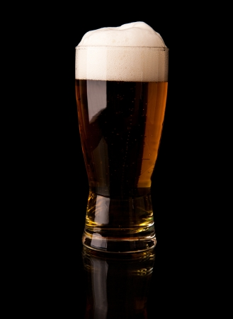 a glass of beer on a black background  Banque d'images