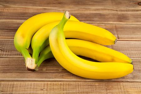 bananen op een houten tafel Stockfoto