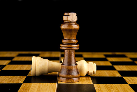 corona rey: de ajedrez sobre un fondo negro
