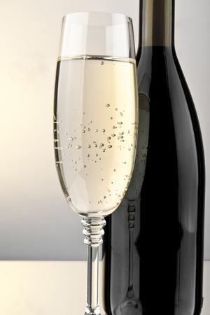 brindisi spumante: bicchiere di vino e bottiglia