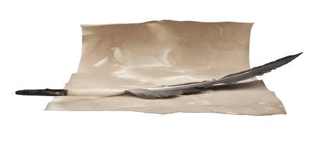 pluma de escribir antigua: un viejo papel y tintero con una pluma se a�sla un backgroun blanco