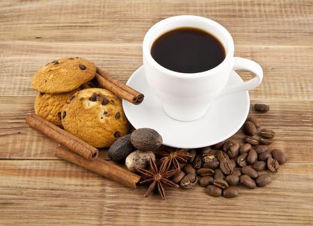 Tasse Kaffee mit Plätzchen auf einem weißen Hintergrund Standard-Bild - 50776869