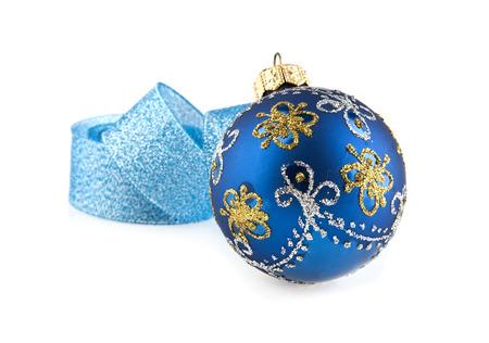 nastro blu e palla isolato su sfondo bianco