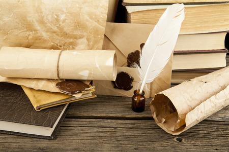 pluma de escribir antigua: libros antiguos sobre un fondo de madera Foto de archivo
