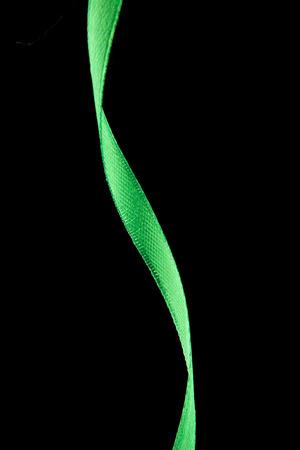 donacion de organos: cinta verde sobre fondo negro