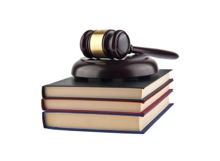 orden judicial: Mazo de madera y libros aislados en el fondo blanco de cerca