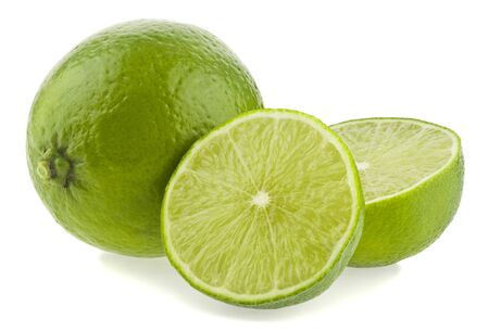 Lima verde aislado sobre un fondo blanco con una ligera sombra.