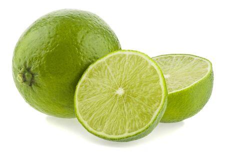 Zielona limonka na białym tle na białym tle z lekkim cieniem.