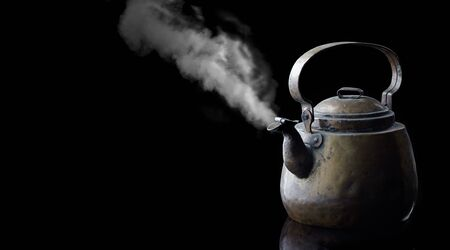 background; drink; black; brown; close-up; decoration; dents; design; drink; dust; equipment; food; insulated; light; metal; object; old; retro; divorces; style; table; tea; kettle; traditional; vintage; retro; grunge, copper kettle, on black background; copper; white smoke, steam, hot, rustic, kitchen, rustic style Foto de archivo