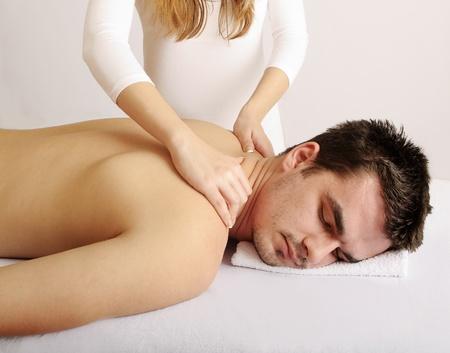 homme massage: Homme obtenant un massage Banque d'images
