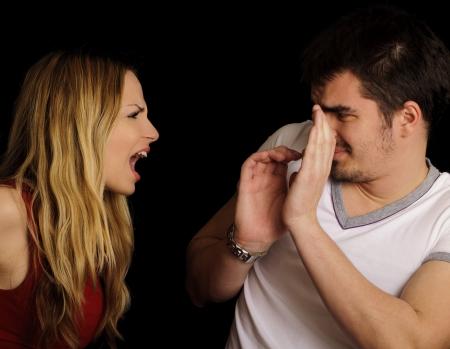 angry couple: Pareja argumentando