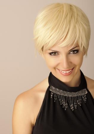 cabello rubio: Joven y bella mujer con el pelo corto y rubio