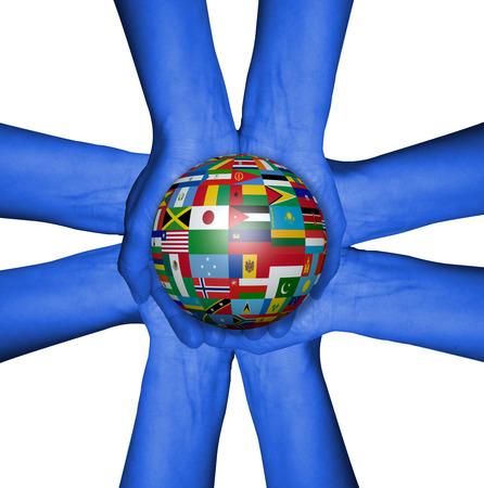el mundo en tus manos: Manos con la bola con banderas. El mundo en sus manos