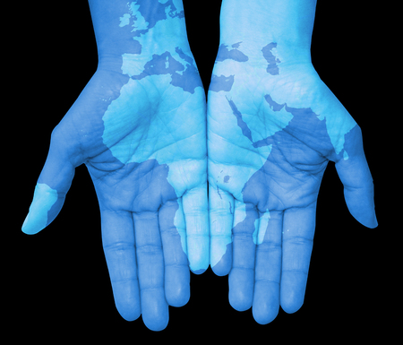 el mundo en tus manos: Manos con �frica, mapa de �frica dibujan. El mundo en sus manos