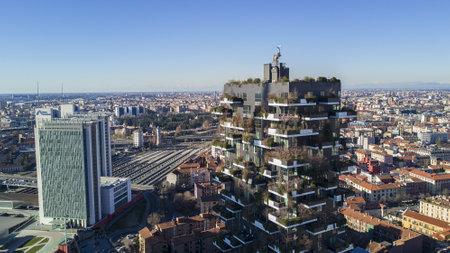 Verticale bossen en Garibaldi Station, Milaan, Porta Nuova wolkenkrabber residenties, Italië, 6 januari 2017. Zicht op de balkons en terrassen van de verticale bossen, vol met groene planten. Luchtfoto