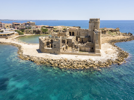 Aerial view of the Aragonese castle of Le Castella, Le Castella, Calabria, Italy: the Ionian Sea, built on a small strip of land overlooking the Saracens Coast in the hamlet of Isola Capo Rizzuto Stockfoto