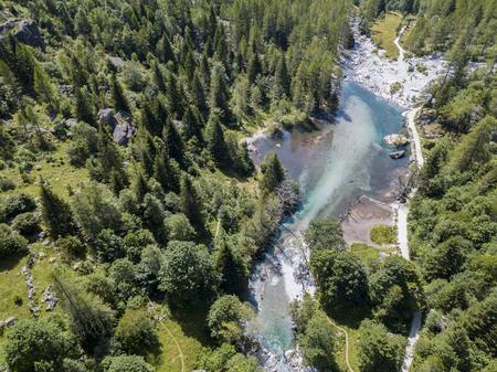 メロ渓谷の航空写真、ヴァル・ディ・メロ、花崗岩の山々や森林の木に囲まれた谷は、小さなイタリアのヨセミテ渓谷と改名されました。イタリア 写真素材 - 94899048