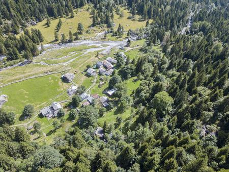 Luchtfoto van de Mello-vallei, Val di Mello, een vallei omringd door granieten bergen en bosbomen, omgedoopt tot de kleine Italiaanse Yosemite-vallei. Italië Stockfoto