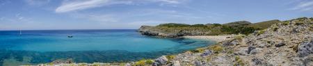 Vue panoramique de la plage de Cala Torta sur l'île de Majorque, Espagne. L'Europe ?. Les Îles Baléares. Voilier amarré dans des eaux calmes et cristallines