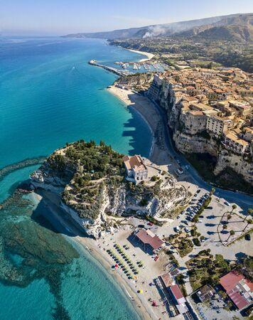 Veduta aerea di Tropea, Santuario di Santa Maria dell'Isola, Calabria. Italia. Questa località balneare si trova su una scogliera nel golfo di Sant'Eufemia