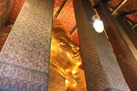 Reclining Buddha gold statue. Wat Pho, Bangkok, Thailand Banco de Imagens