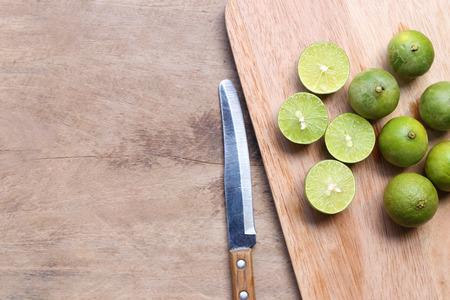 green lemon on a kitchen cutting board Stok Fotoğraf