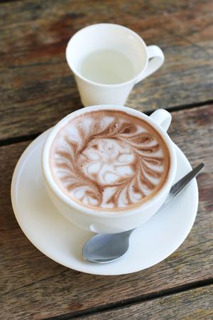 tasse de chocolat chaud sur table en bois Banque d'images
