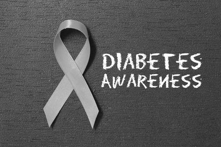 Graues Band. Bewusstsein für Diabetes. Gesundheits- und Medizinkonzept.