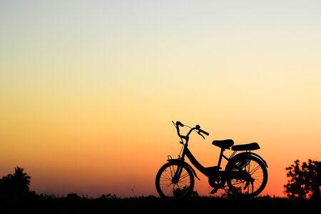 silhouette della bici al tramonto