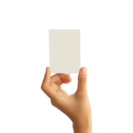 Mano della donna che tiene il biglietto da visita della carta in bianco isolato su fondo bianco