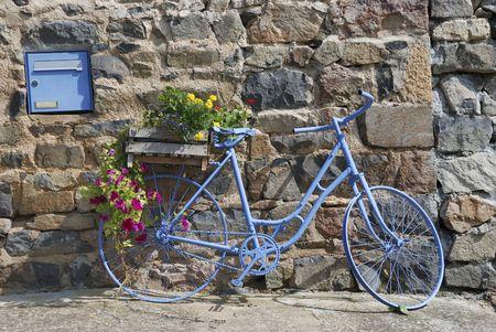 Blauwe fiets voor het huis in Frankrijk Stockfoto