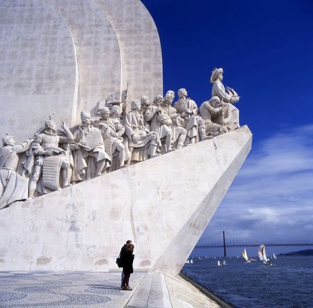 De Padrao dos Descobrimentos (Monument van ontdekkingen) viert de Portugezen die aan de leeftijd van ontdekking deelnamen. Het is gelegen in de wijk Belem van Lissabon, Portugal Redactioneel