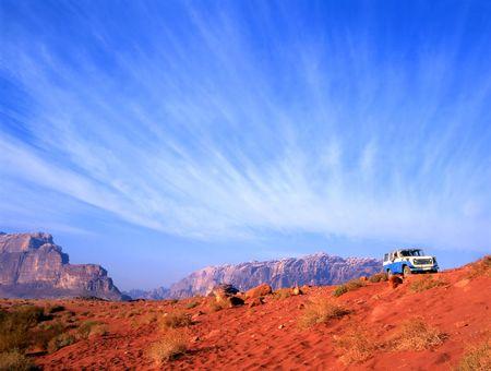 De Wadi rum woestijn in Jordanië verkennen met een vier wiel aandrijving
