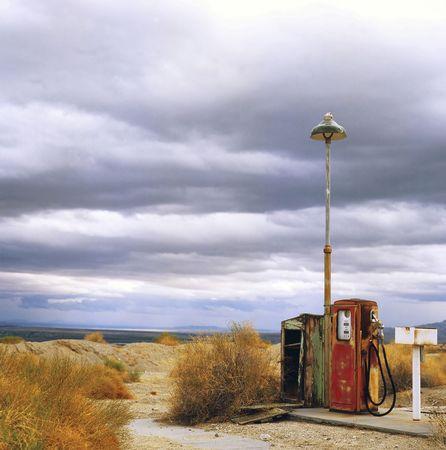 Benzine station op een spook stad op route 66 in de VS. Stockfoto