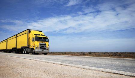 Yellow road train in the Nullarbor desert in Australia Stockfoto
