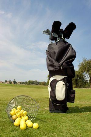 Golf tas met ballen en club in het groen