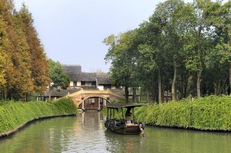Kleine gracht met boot op de watervillage Wuzhen in de buurt van Shanghai, China Stockfoto