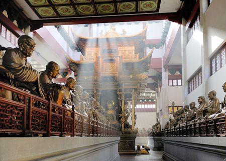 Hal met standbeelden op Lingyin Temple, Hangzhou, Shandong Province, China