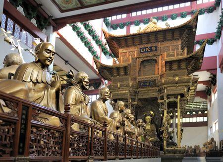 Hal met standbeelden op Lingyin Temple, Hangzhou, Shandong Province, China gericht op links standbeeld